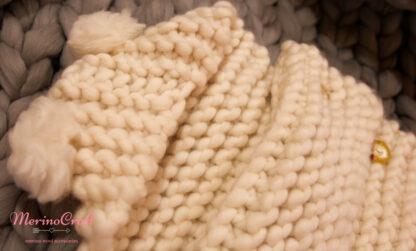 de lână organică cu fir gros Lalala, produs 100% din lână ecologică, 100% fibre naturale 1 ghem are 200 g şi aproximativ 50 m lungime. Produs perfect pentru tricotat, croșetat sau împletit cu braţele pentru proiectele tale oversized.