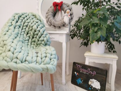 Patura impletita manual din lana merinos cu fir gigant verde menta